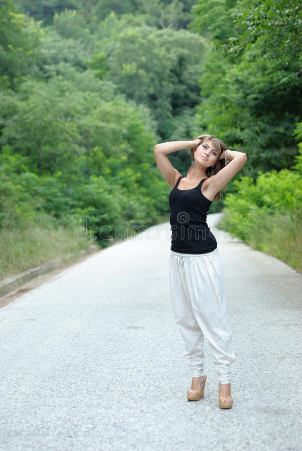 Dame grecque posant à l'extérieur images libres de droits