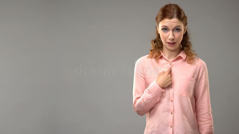 Dame het vragen kan ik u in gebarentaal helpen, leraar tonend woorden in aslles stock foto