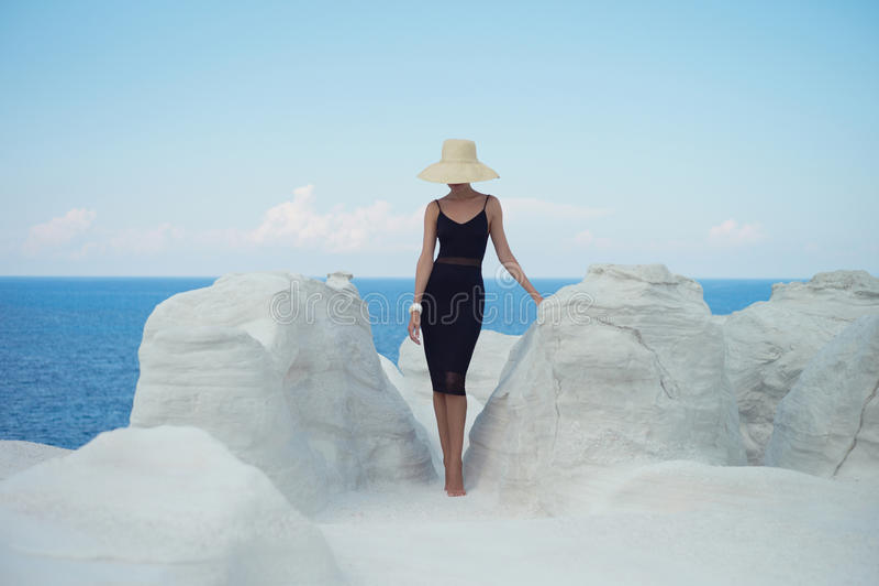 Dame in hoed in een ongebruikelijk landschap royalty-vrije stock afbeelding