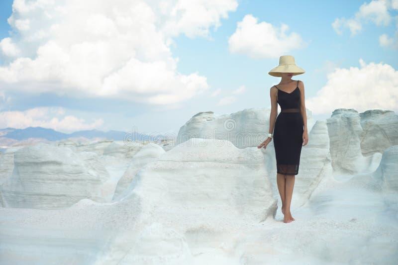 Dame in hoed in een ongebruikelijk landschap royalty-vrije stock afbeeldingen
