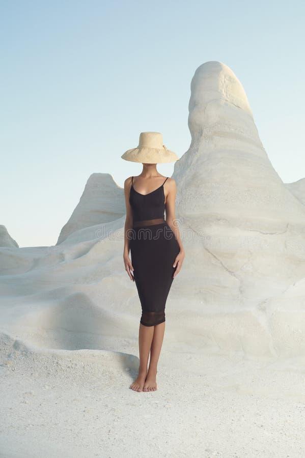 Dame in hoed in een ongebruikelijk landschap royalty-vrije stock foto's