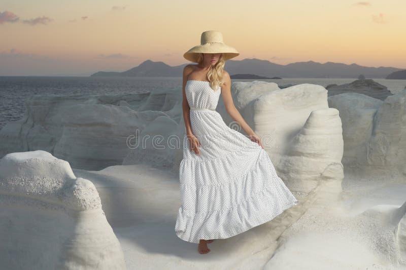 Dame in hoed in een ongebruikelijk landschap stock afbeeldingen