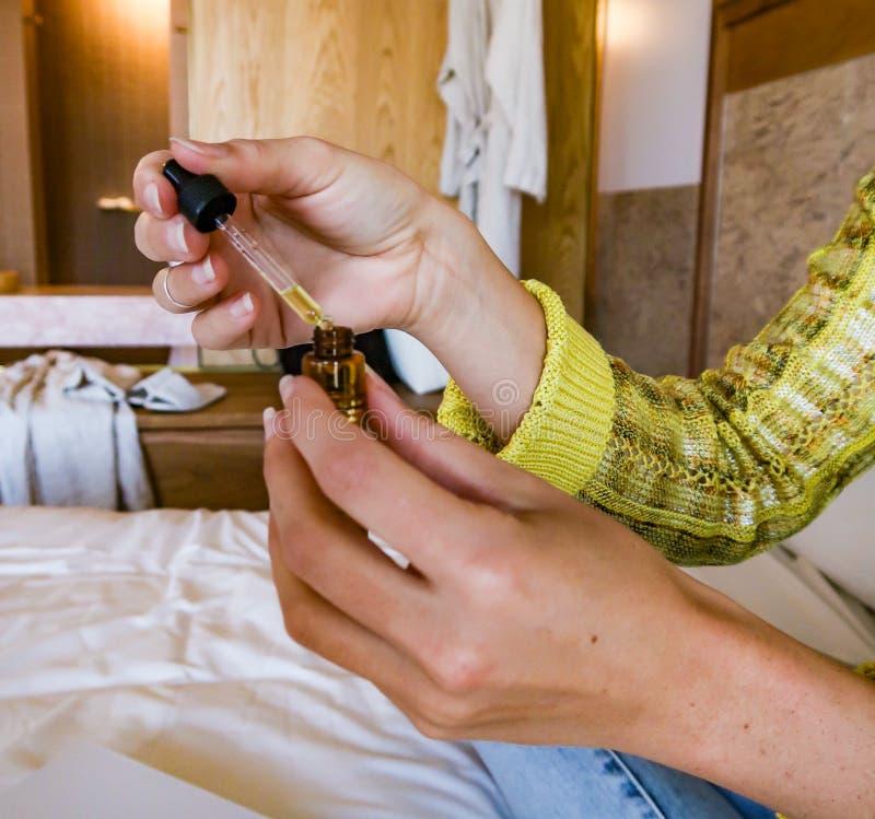 Dame in hotelruimte royalty-vrije stock foto's