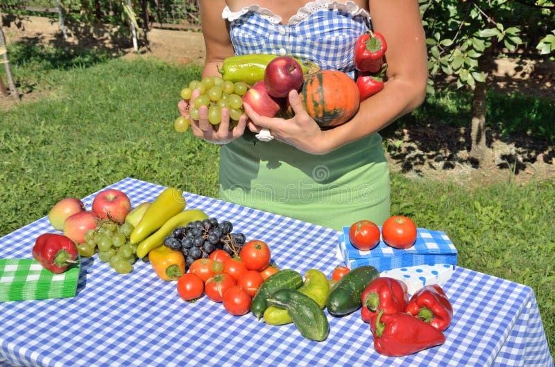 Dame im Garten lizenzfreies stockfoto