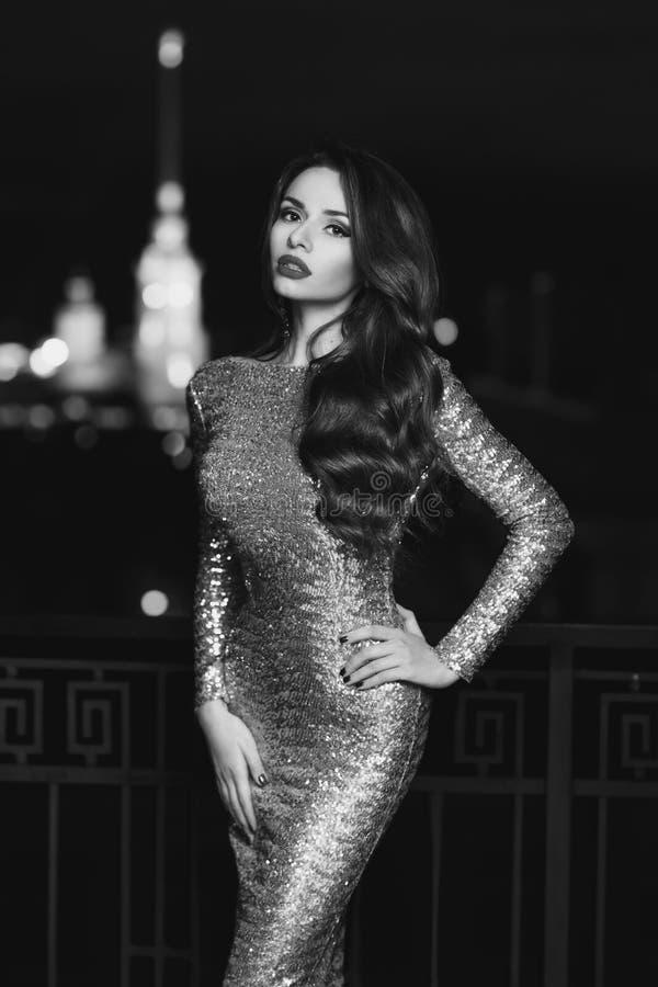 Dame im goldenen glänzenden Kleid lizenzfreie stockbilder