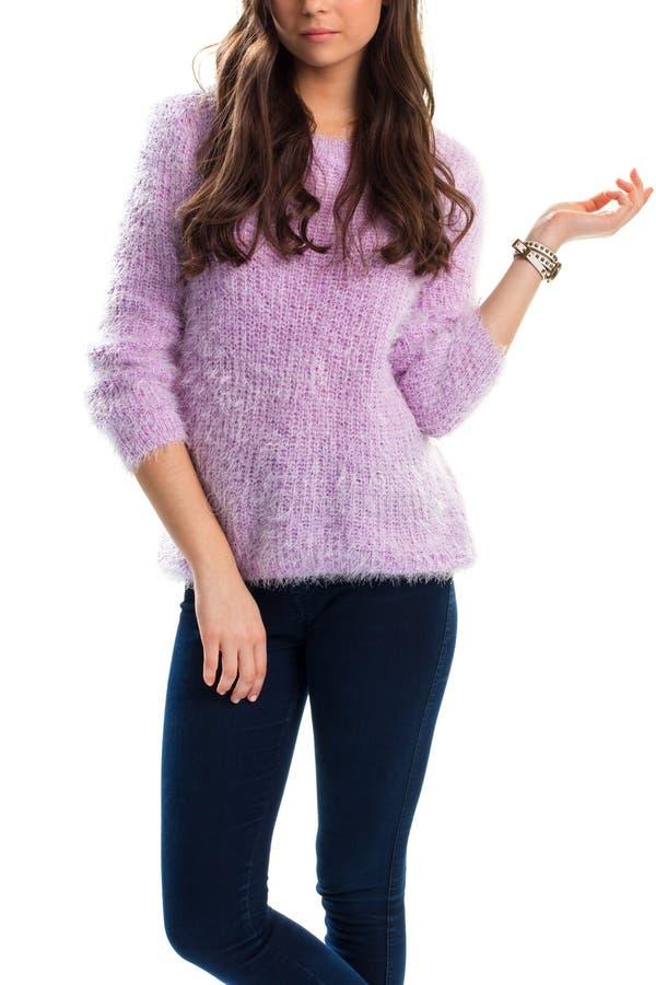 Dame im hellpurpurnen Pullover lizenzfreie stockfotografie