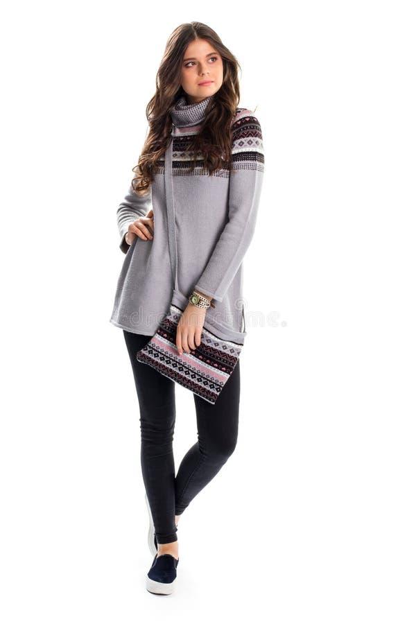 Dame im langen grauen Pullover lizenzfreie stockbilder