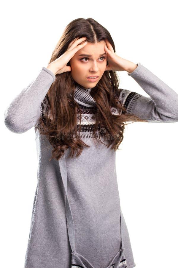 Dame im Pullover berührt Gesicht stockbild
