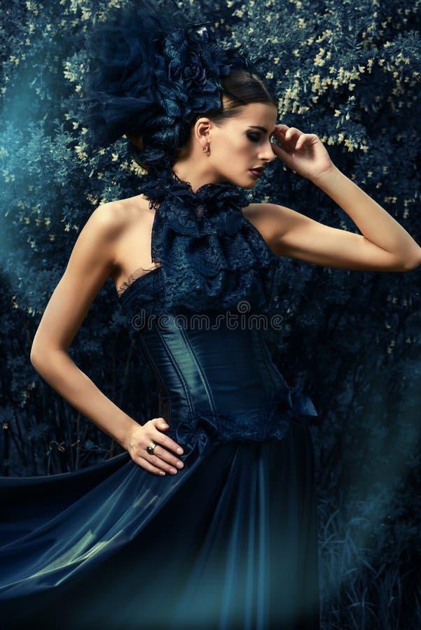 Dame im schwarzen Kleid stockfotos
