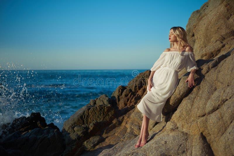 Dame im weißen Kleid auf Küste stockfotos