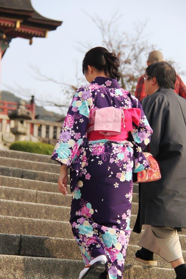 Dame japonaise dans le kimono sur le chemin au temple de Kiyomizu-dera photo libre de droits