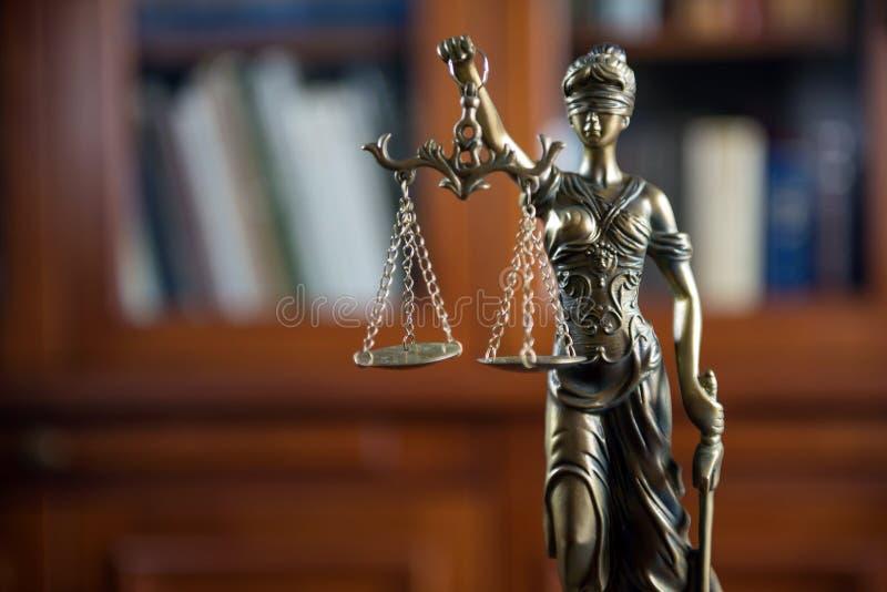 Dame Justice op houten lijst, wettelijke boekenachtergrond stock foto