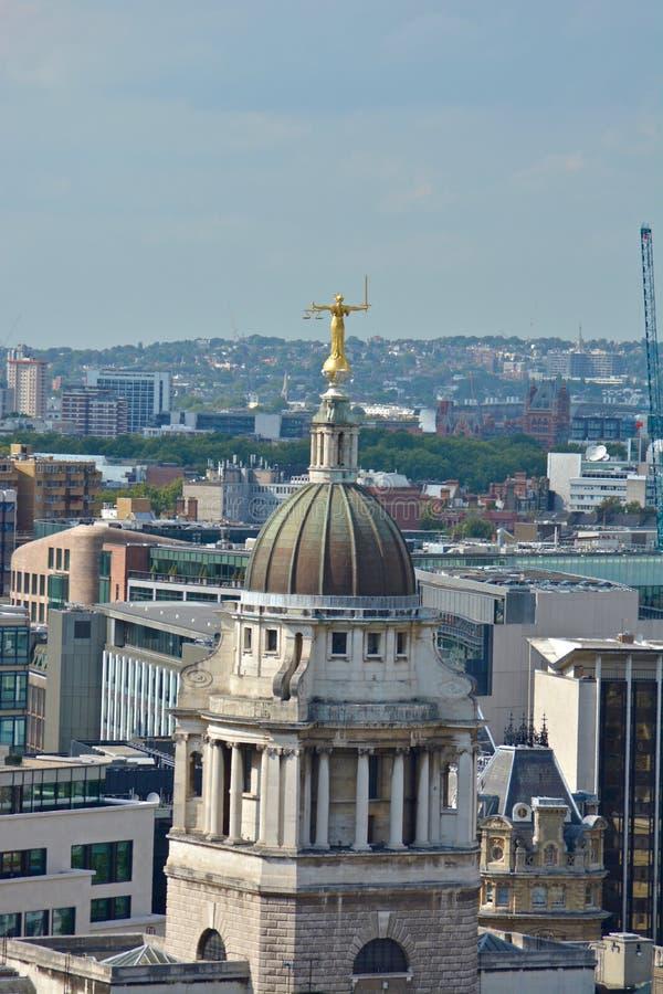 Dame Justice Overlooking London vanaf Bovenkant van Old Bailey stock afbeeldingen