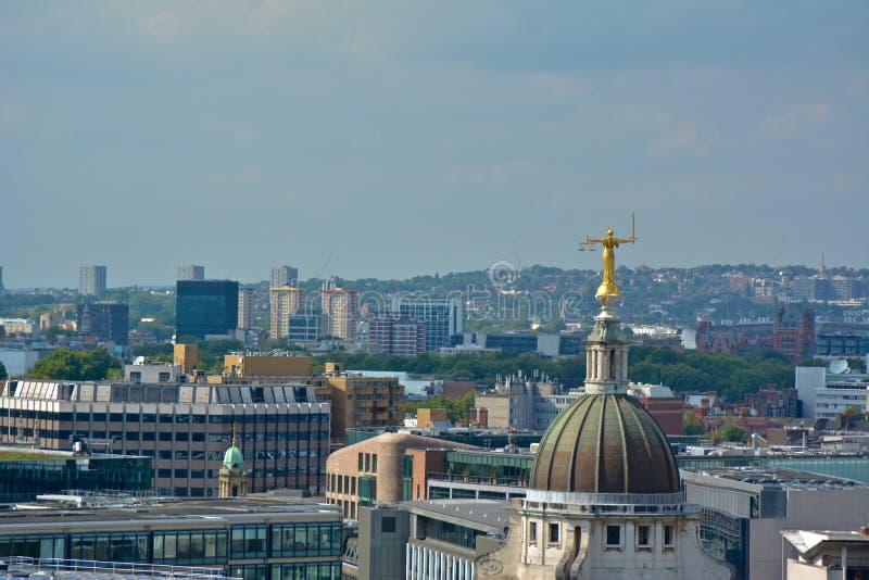 Dame Justice Overlooking London vanaf Bovenkant van Old Bailey stock fotografie