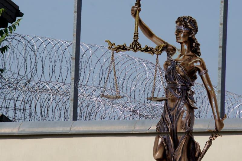 Dame Justice voor prikkeldraad en gevangenismuren royalty-vrije stock foto's