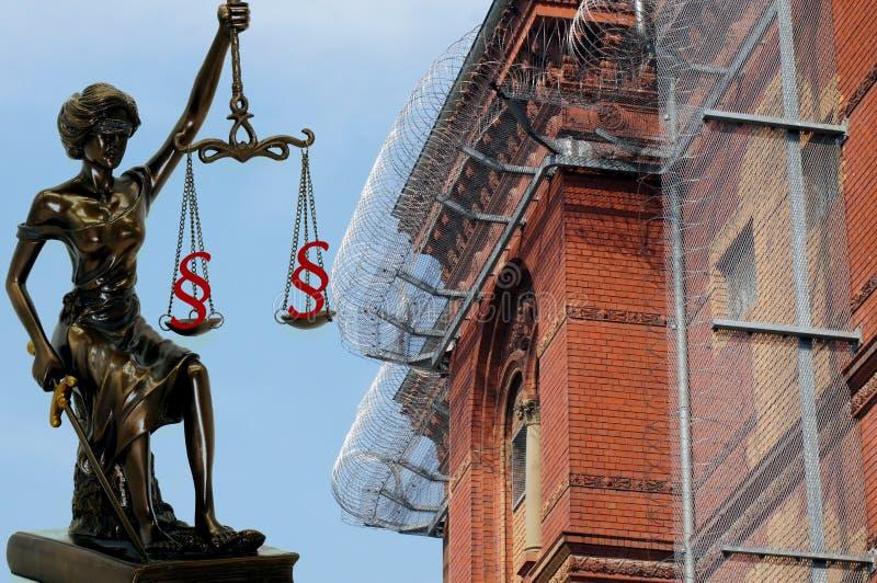 Dame Justice voor prikkeldraad en gevangenismuren royalty-vrije stock afbeeldingen