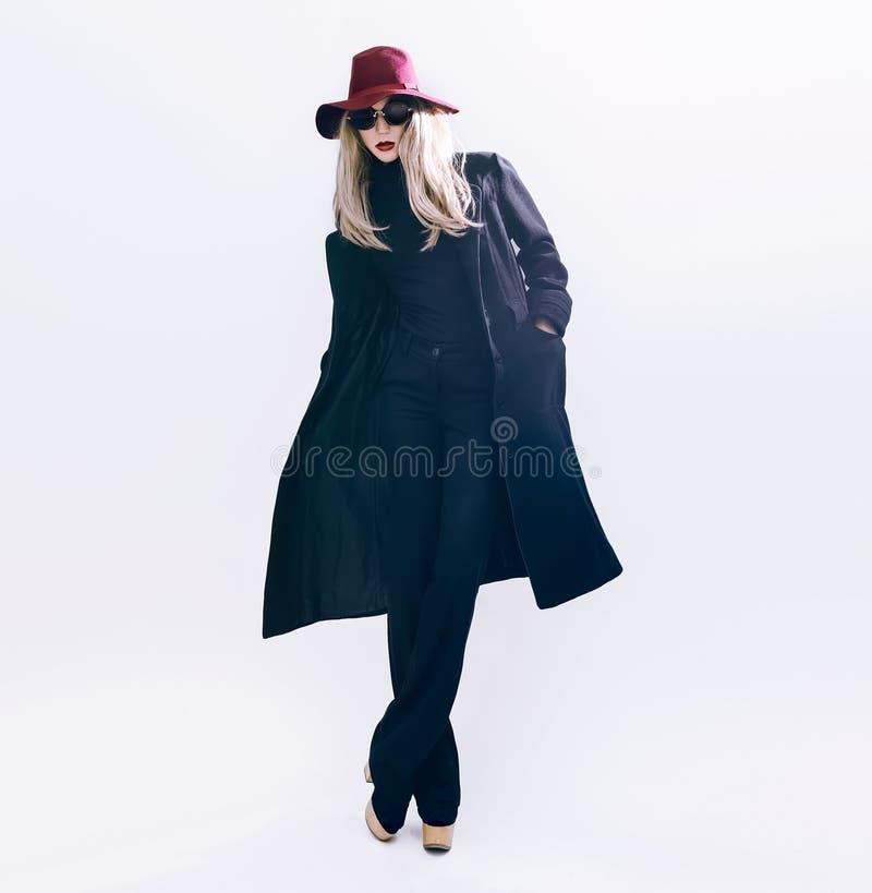 Dame in klassieke zwarte laag en hoed De stijl van de manier stock foto's