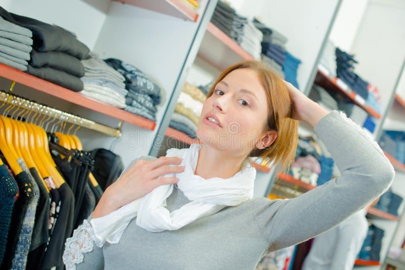 Dame in klerenwinkel die het haar van de sjaalholding omhoog dragen royalty-vrije stock foto's