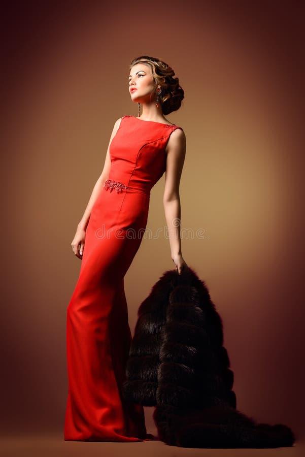 Dame in lange rode kleding royalty-vrije stock foto
