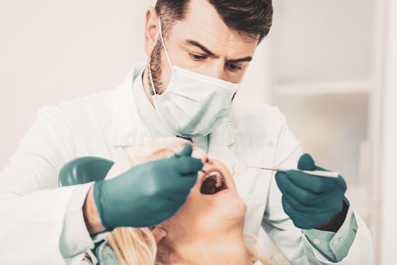Dame mûre à la réception du dentiste personnel images libres de droits