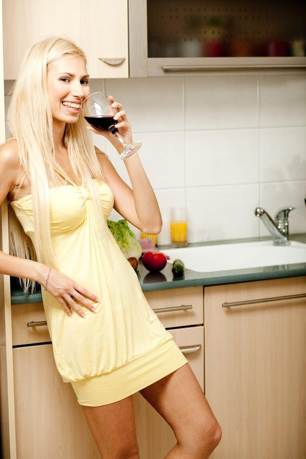 Dame met de wijn royalty-vrije stock afbeelding