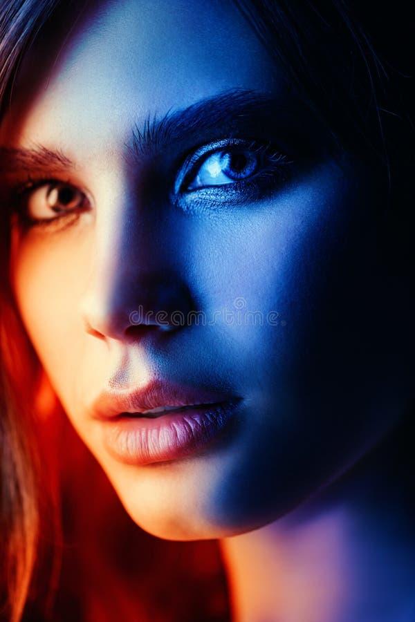 Dame met expressieve ogen stock afbeeldingen