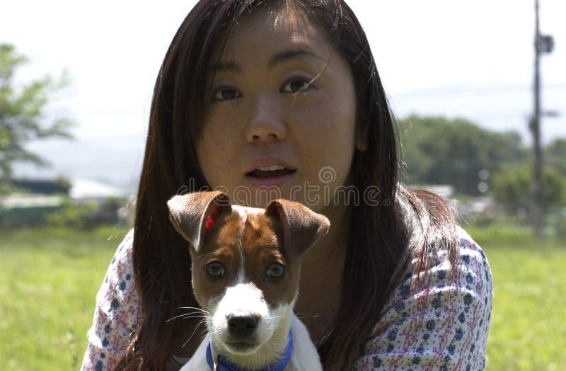 Dame met hond stock afbeeldingen