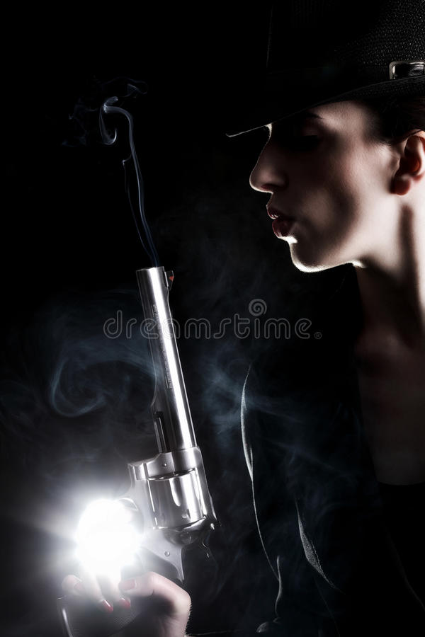 Dame mit einem Revolver lizenzfreie stockfotos