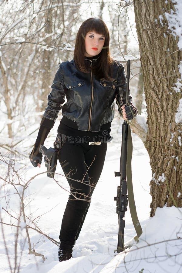 Dame mit einem Scharfschützegewehr lizenzfreies stockbild