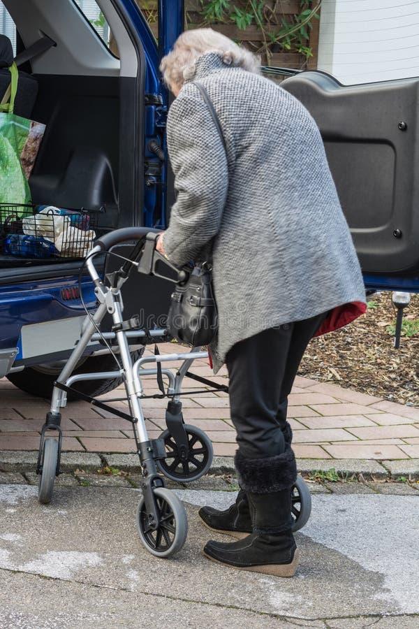 Dame mit einem Wanderer vor einem Auto stockbild