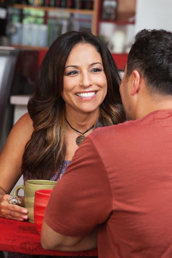 Dame mit männlichem Freund im Café lizenzfreies stockfoto