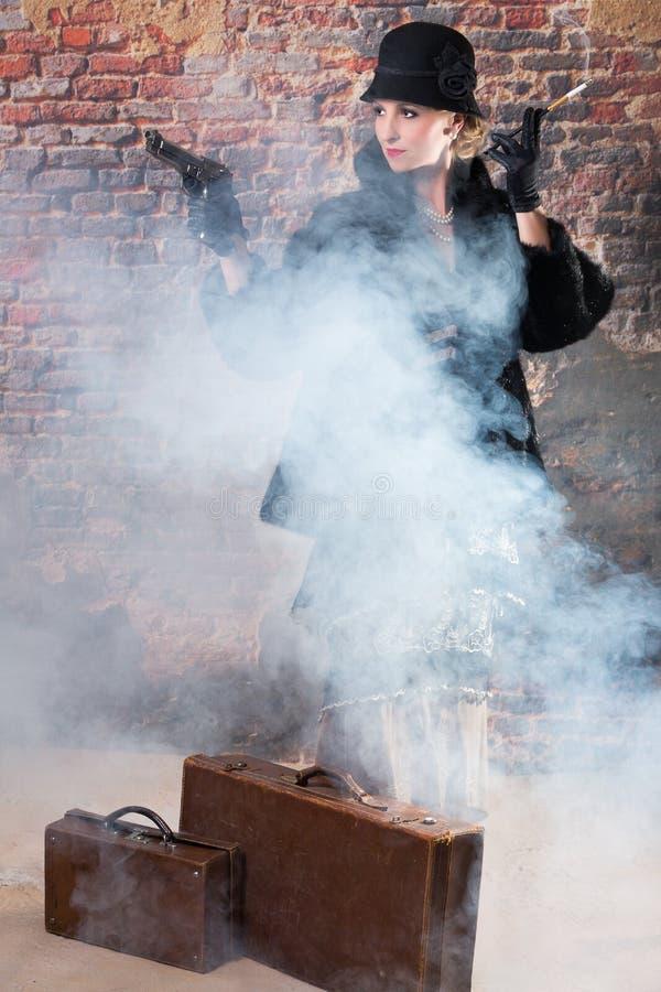 Dame mortelle de vintage avec une arme à feu images stock