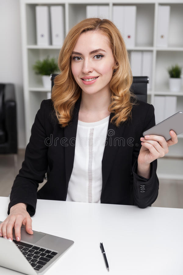 Download Dame Occupée Dans Le Bureau Photo stock - Image du financier, finances: 76077720