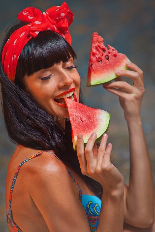 Dame op zee met watermeloen stock afbeeldingen