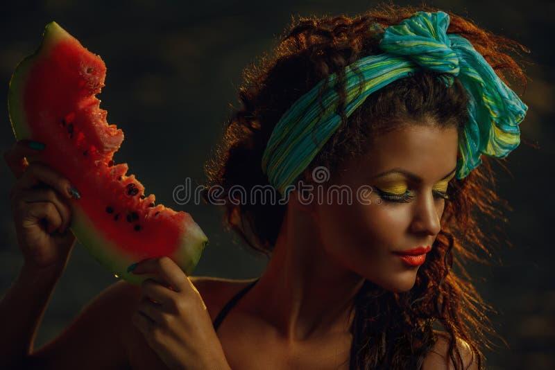 Dame op zee met watermeloen royalty-vrije stock afbeelding