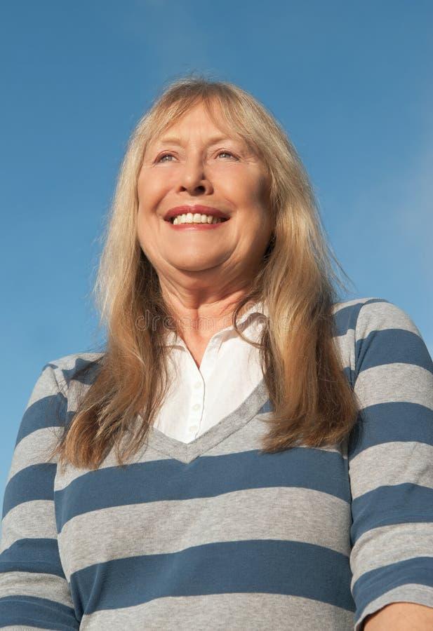 Dame plus âgée heureuse photographie stock libre de droits