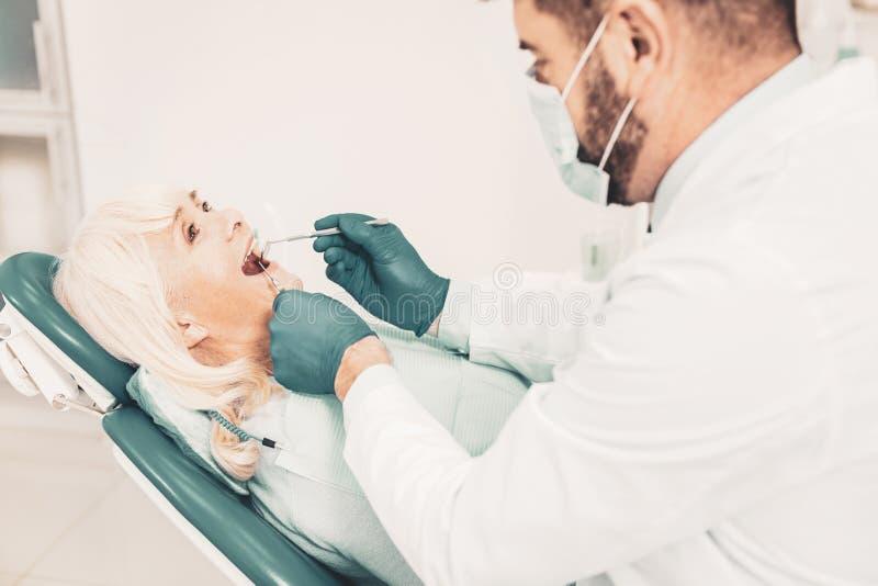 Dame pluse âgé sur le contrôle dentaire préventif photos libres de droits