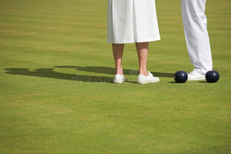 Dame-Rasen-Bowlingspiel-Abgleichung stockfotografie