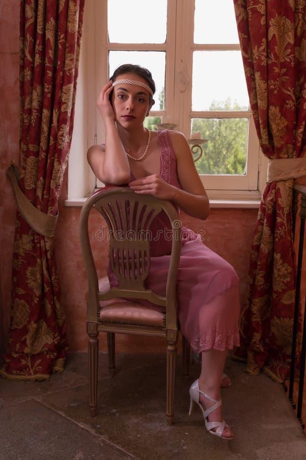 Dame in roze vinkleding royalty-vrije stock fotografie