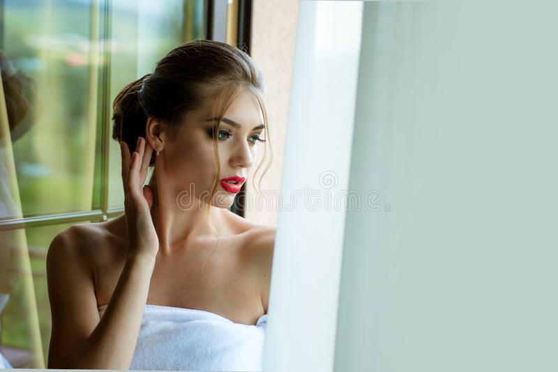 Dame sensuelle Beau visage de femme Belle fille de modèle de station thermale avec la peau propre fraîche parfaite images libres de droits