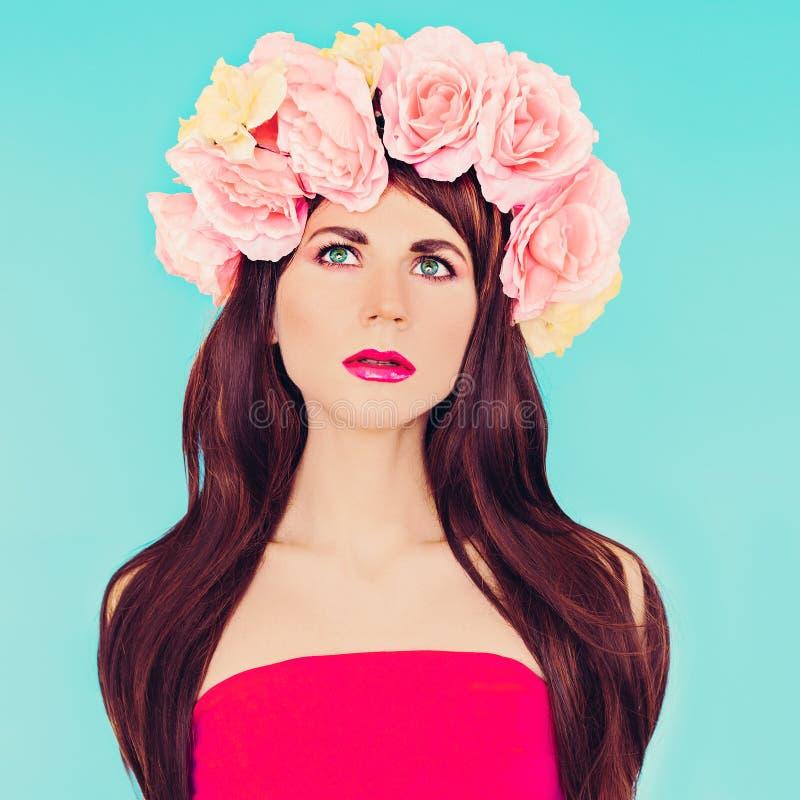 Dame sensuelle de brune avec la guirlande florale sur sa tête image libre de droits