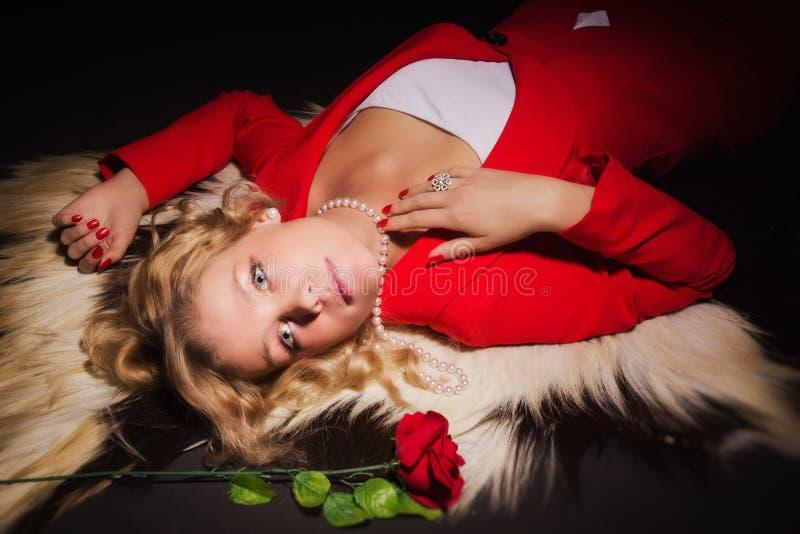 Dame sensuelle en rouge photos stock