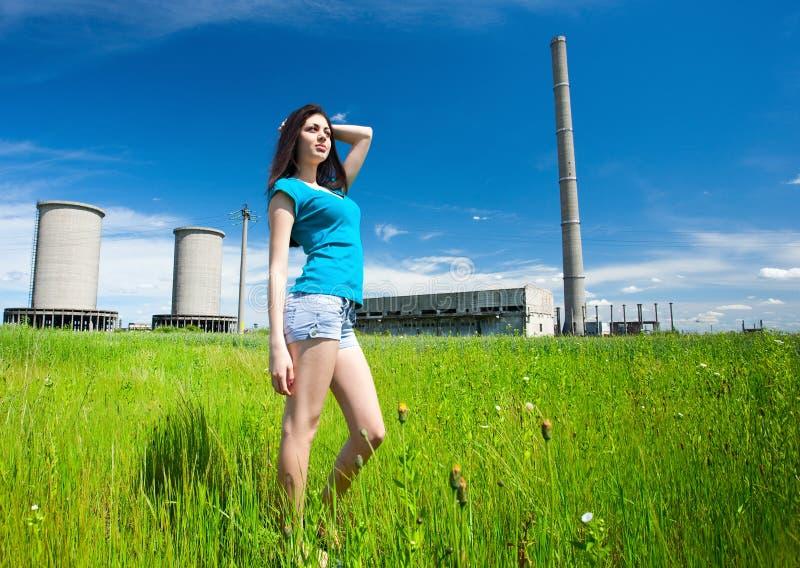 Dame sexy à un arrière-plan industriel photographie stock libre de droits