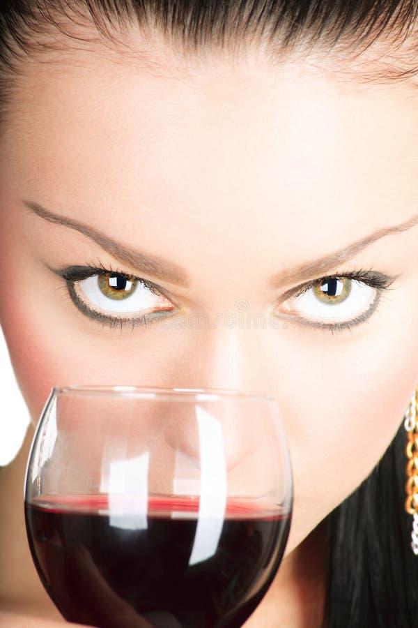 Dame sexy avec une glace de vin rouge photo stock