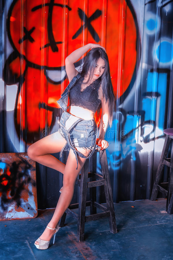 Dame sexy de l'Asie dans la chemise noire et des jeans courts photo stock