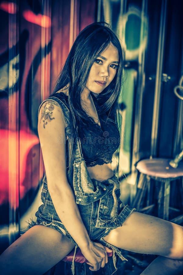 Dame sexy de l'Asie dans la chemise noire et des jeans courts photographie stock libre de droits
