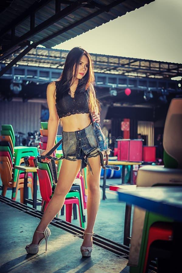 Dame sexy de l'Asie dans la chemise noire et des jeans courts image stock