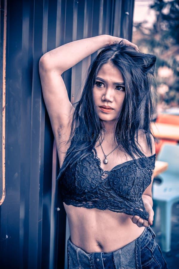 Dame sexy de l'Asie dans la chemise noire et des jeans courts images libres de droits