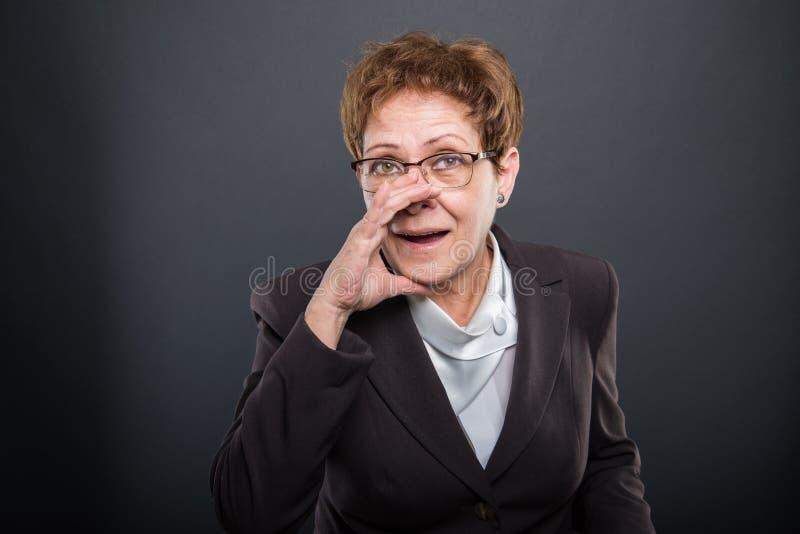 Dame supérieure d'affaires faisant hurler le geste images libres de droits