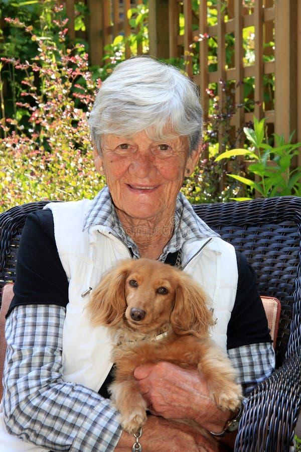 Dame supérieure et son chien images stock